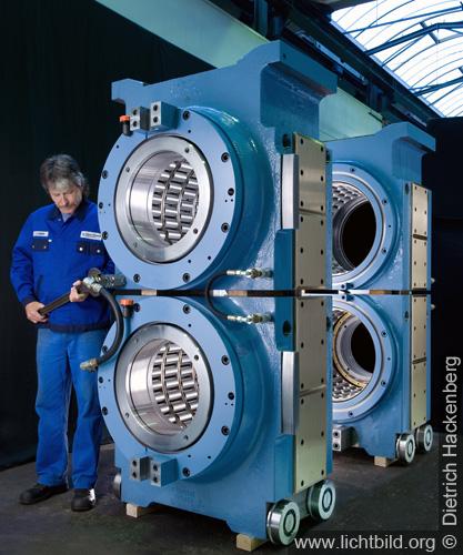 Glänzende Maschinenteile in der Produktionshalle