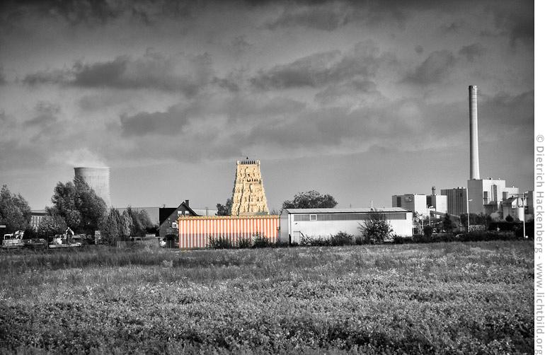Hindutempel im Industriegebiet von Hamm-Uentrop. Coloriertes Foto © Dietrich Hackenberg