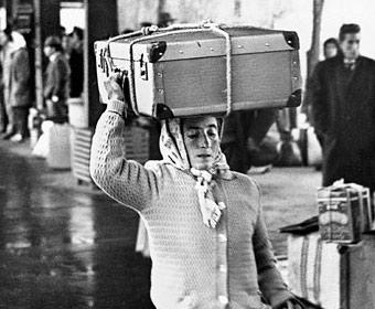 Migrantin mit Koffer. Foto Wolfgang Haut