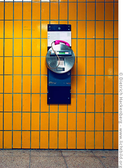 Telefon an der Wand. Foto © Dietrich Hackenberg