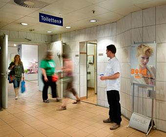 Torsten betreuen eine WC-Anlage in einem Dortmunder Karstadt-Kaufhaus. Foto © Dietrich Hackenberg
