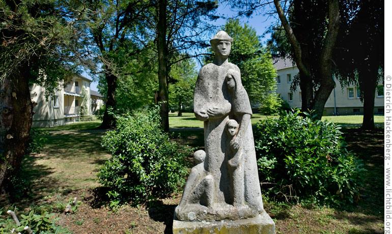 """Denkmal """"Flüchtlingsfamilie"""" auf dem Gelände der ehemaligen Landesstelle. © Dietrich Hackenberg"""
