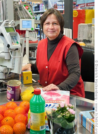 Kassiererin und Betriebsrätin eines Supermarktes vom Niederrhein. Foto © Dietrich Hackenberg