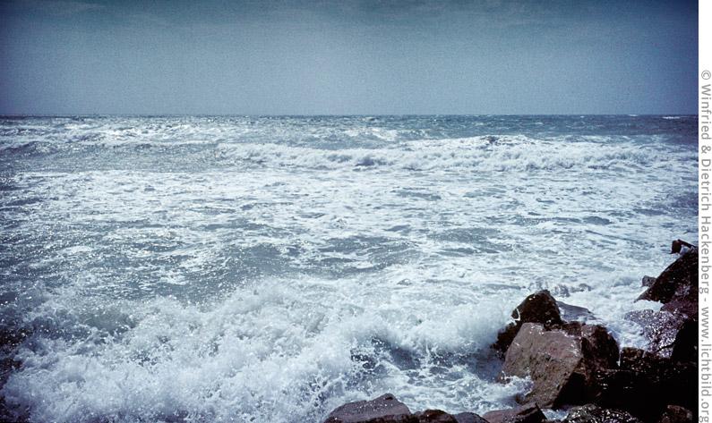 Blick aufs Meer bei Saintes-Maries-de-la-Mer. Wallfahrt zur heiligen Sara, der Schutzheiligen der Gitans - spanische Roma. Saintes-Maries-de-la-Mer, Südfrankreich – Mitte 1960er Jahre. Foto Winfried Hackenberg - © Dietrich Hackenberg