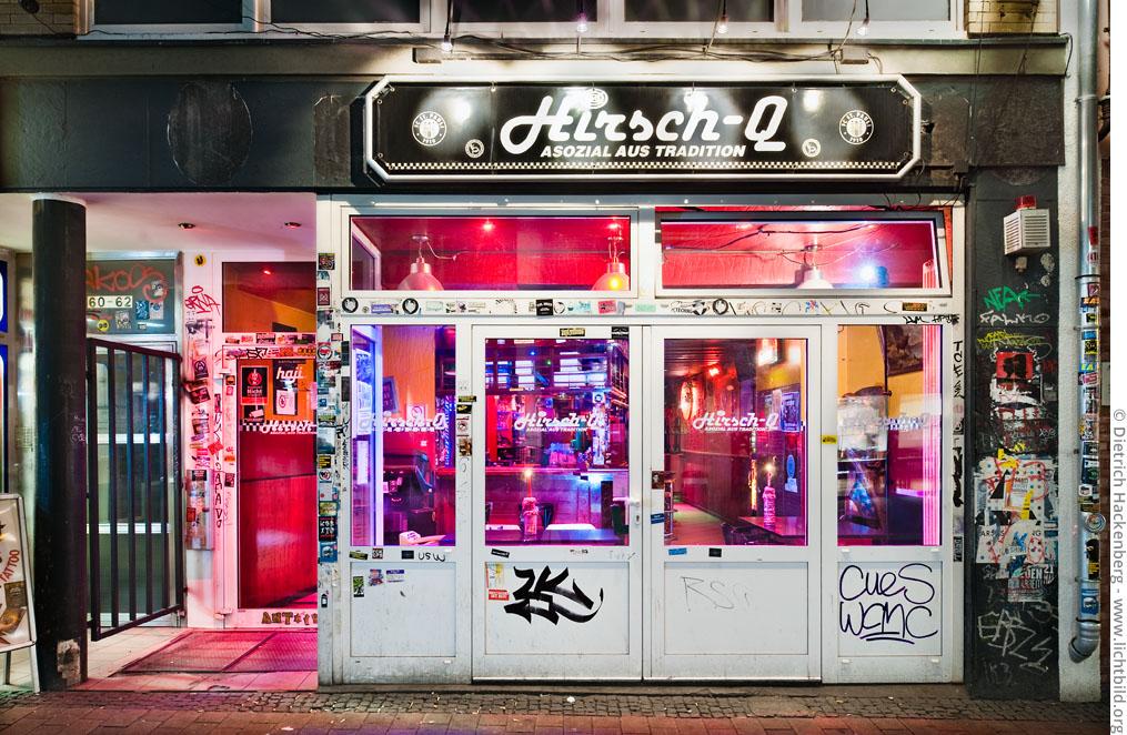 """Hirsch-Q linke Szenekneipe im Brückviertel mit einprägsamen Motto: """"Asozial aus Tradition"""". Foto © Dietrich Hackenberg"""