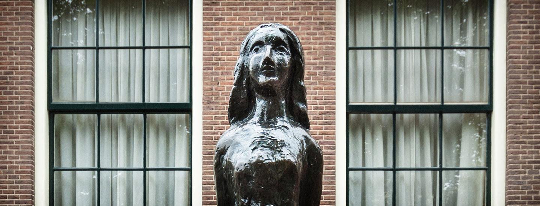 Ausschnitt Anne Frank Denkmal in Amsterdam. Foto © Dietrich Hackenberg