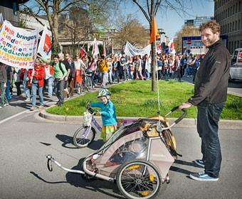 Heute muss sich Papa um die Kinder kümmern, die Erzieherinnen streiken auch in Dortmund. Foto Dietrich Hackenberg