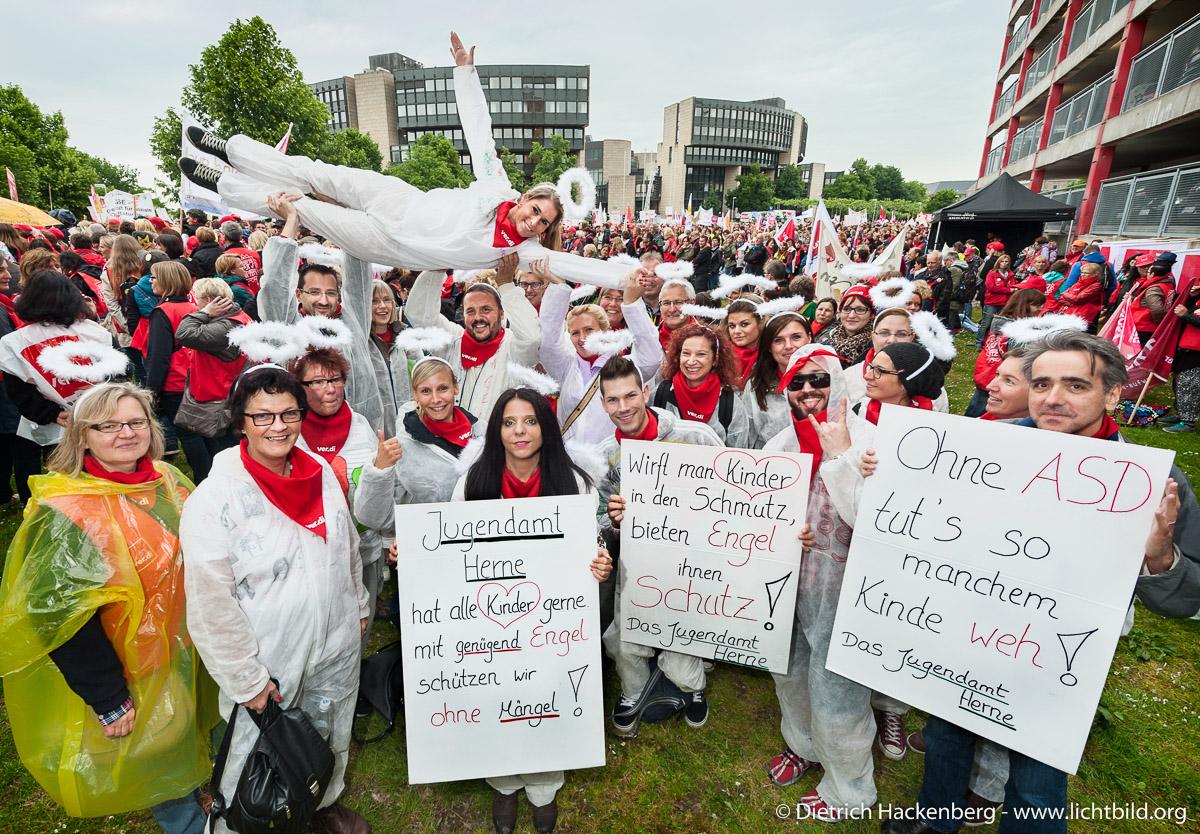 Ver.di-Demonstration vor dem NRW-Landtag in Düsseldorf mit 21.000 Menschen aus den Sozial- und Erziehungsdiensten. Foto Dietrich Hackenberg