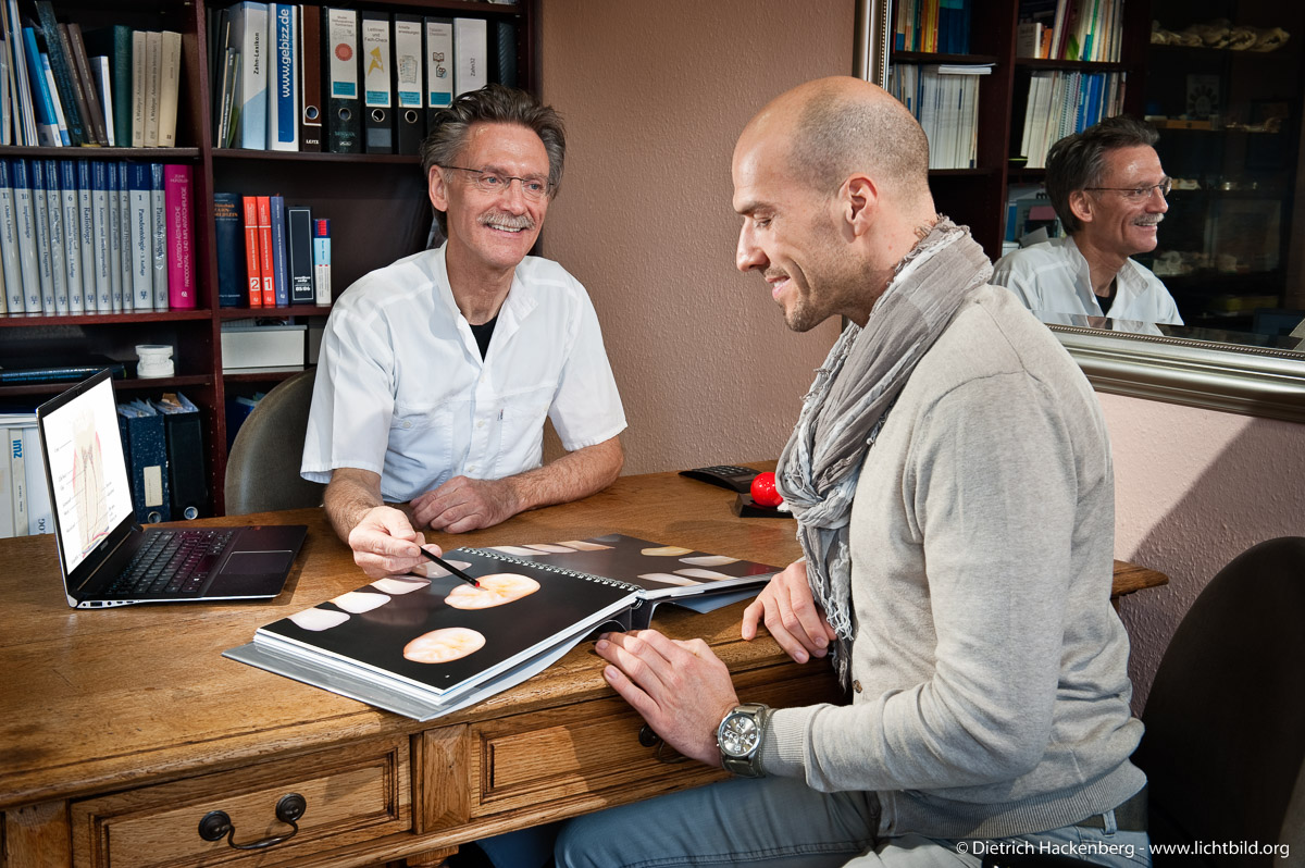 Beratungsgespräch im Büro. Foto Dietrich Hackenberg