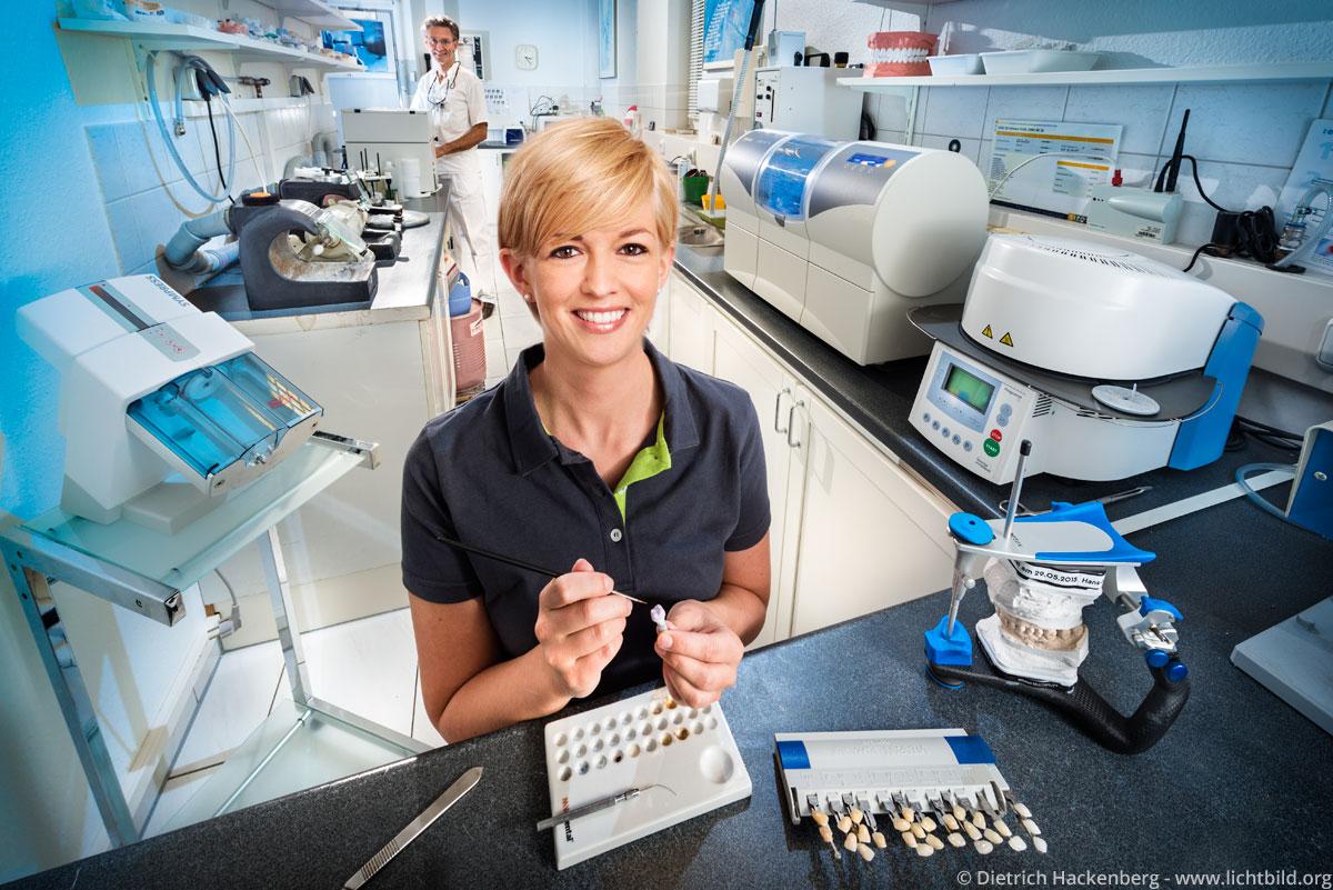 Komplettansicht eines Labors in der Zahnarztpraxis. Foto Dietrich Hackenberg