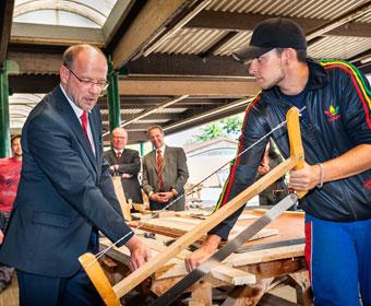 Minister im Gespräch mit einem Auszubildenden für Stahlbetonbauer. Ministerbesuch im Ausbildungszentrum der Bauindustrie in Kerpen. Foto Dietrich Hackenberg