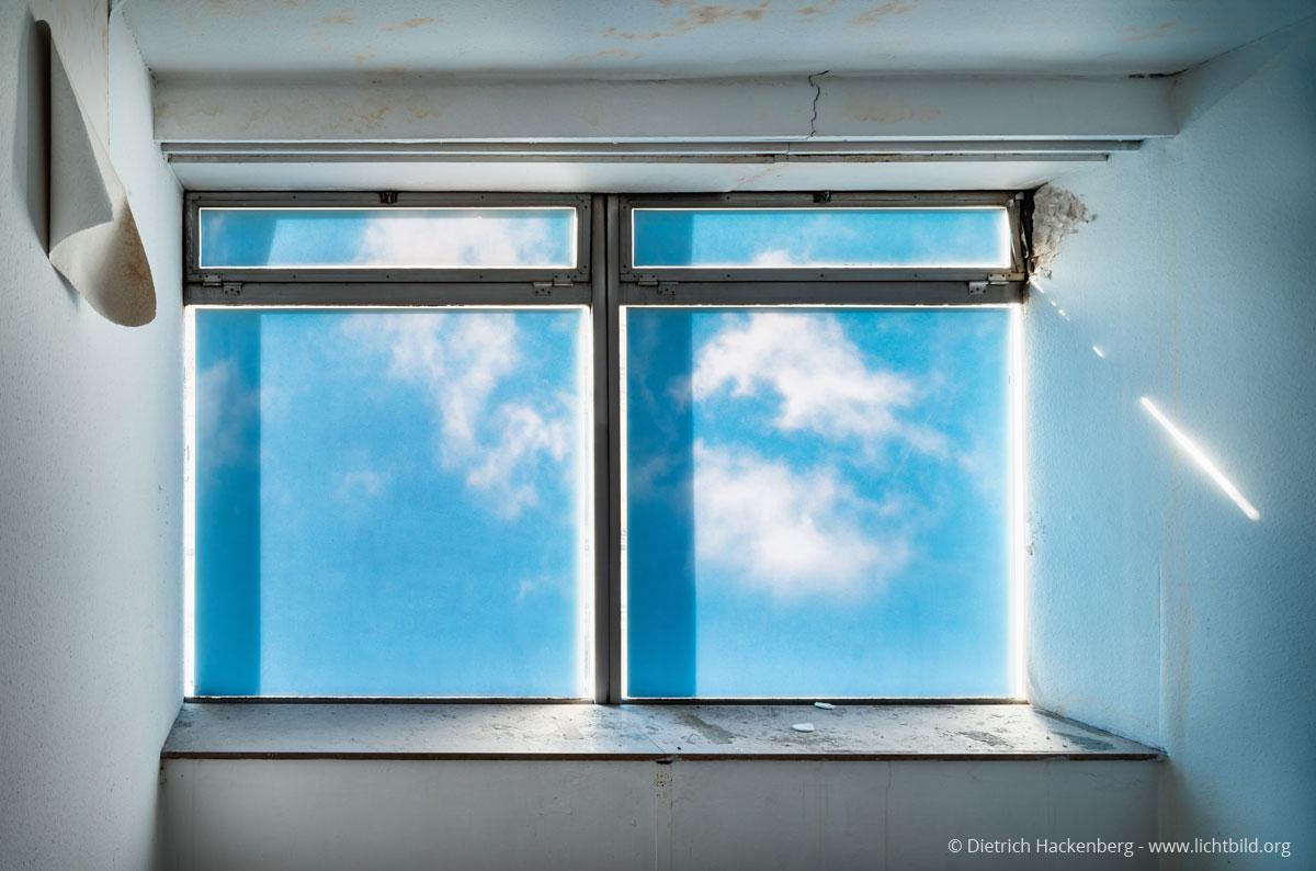 Blick auf mit Bildfolie beklebte Fenster — rückseitiges Detail einer Geschäftshausfassade, Brückstraße 17, Dortmund, Dezember 2016. Foto © Dietrich Hackenberg – www.lichtbild.org