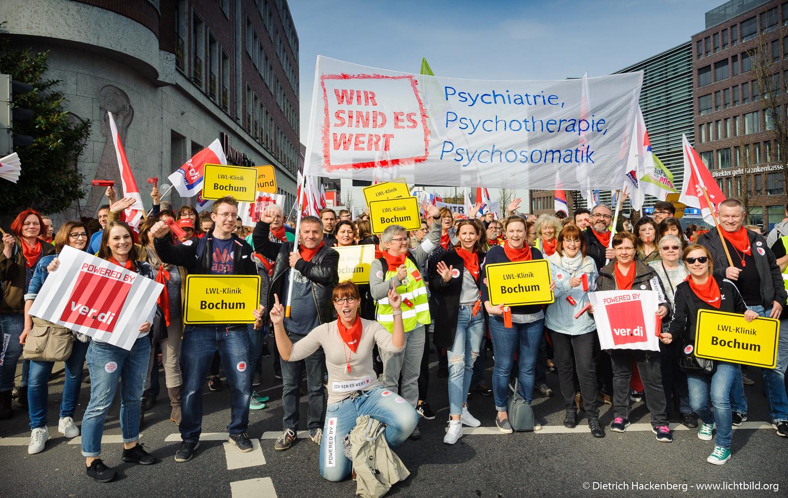 Streikende LWL Klinik Bochum. verdi Streikveranstaltung Öffentlicher Dienst, Dortmund am 10.04.2018. Foto Dietrich Hackenberg