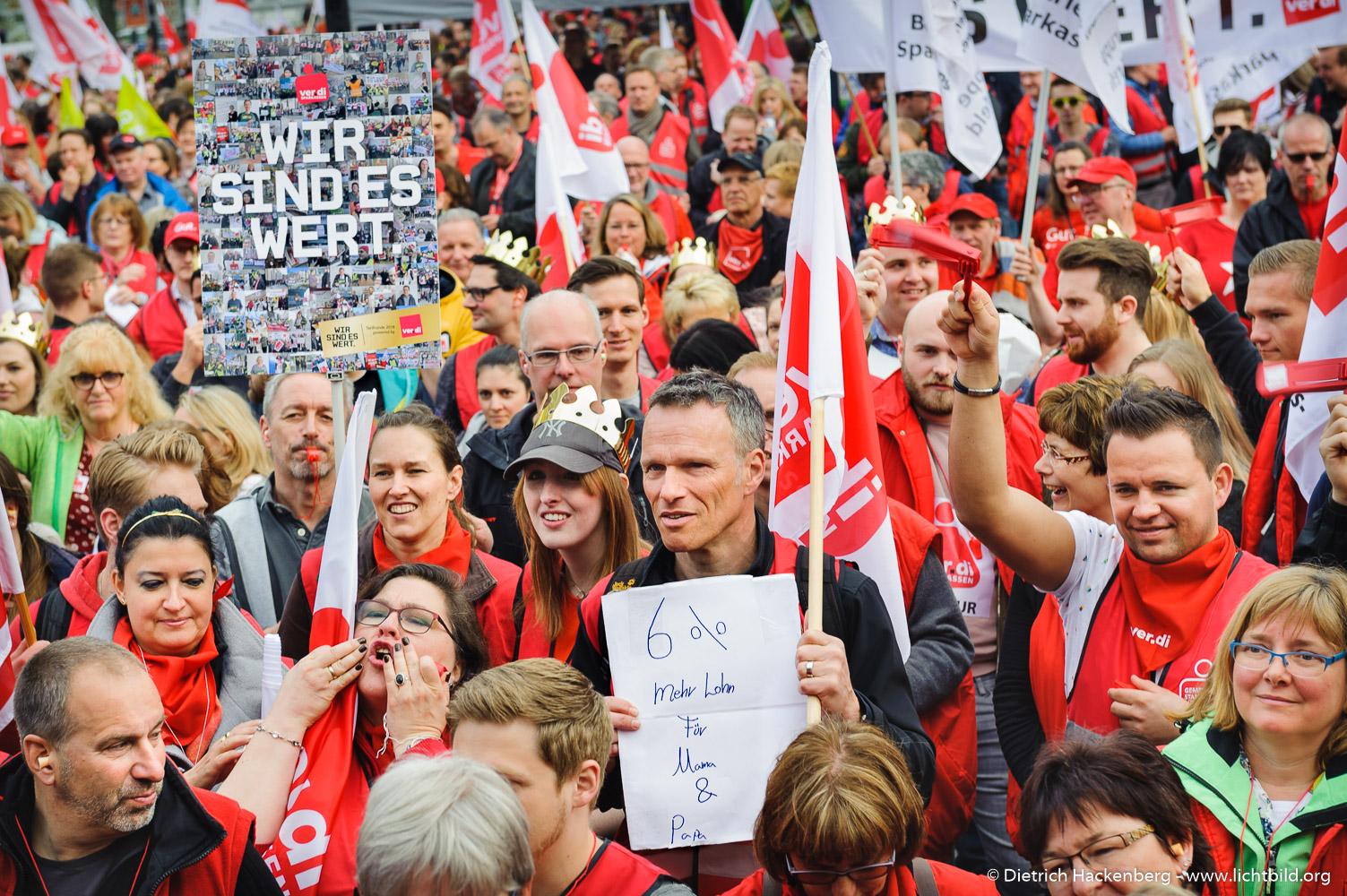 Streikende der Sparkassen. verdi Streikveranstaltung Öffentlicher Dienst, Dortmund am 10.04.2018. Foto Dietrich Hackenberg