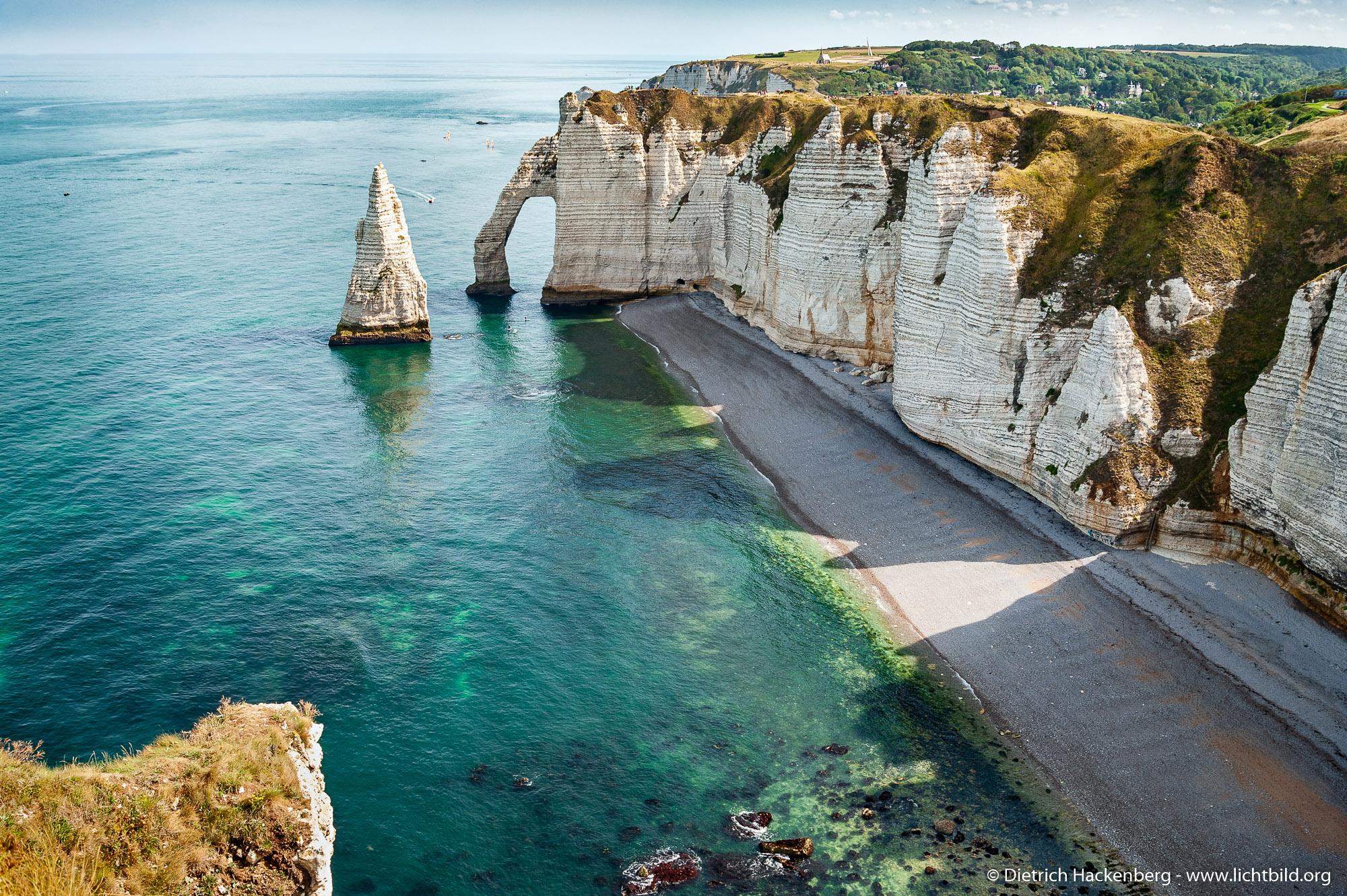 Die Porte d'Aval und die Aiguille (Nadel). Weiße Klippen von Etretat, Normandie. Foto © Dietrich Hackenberg