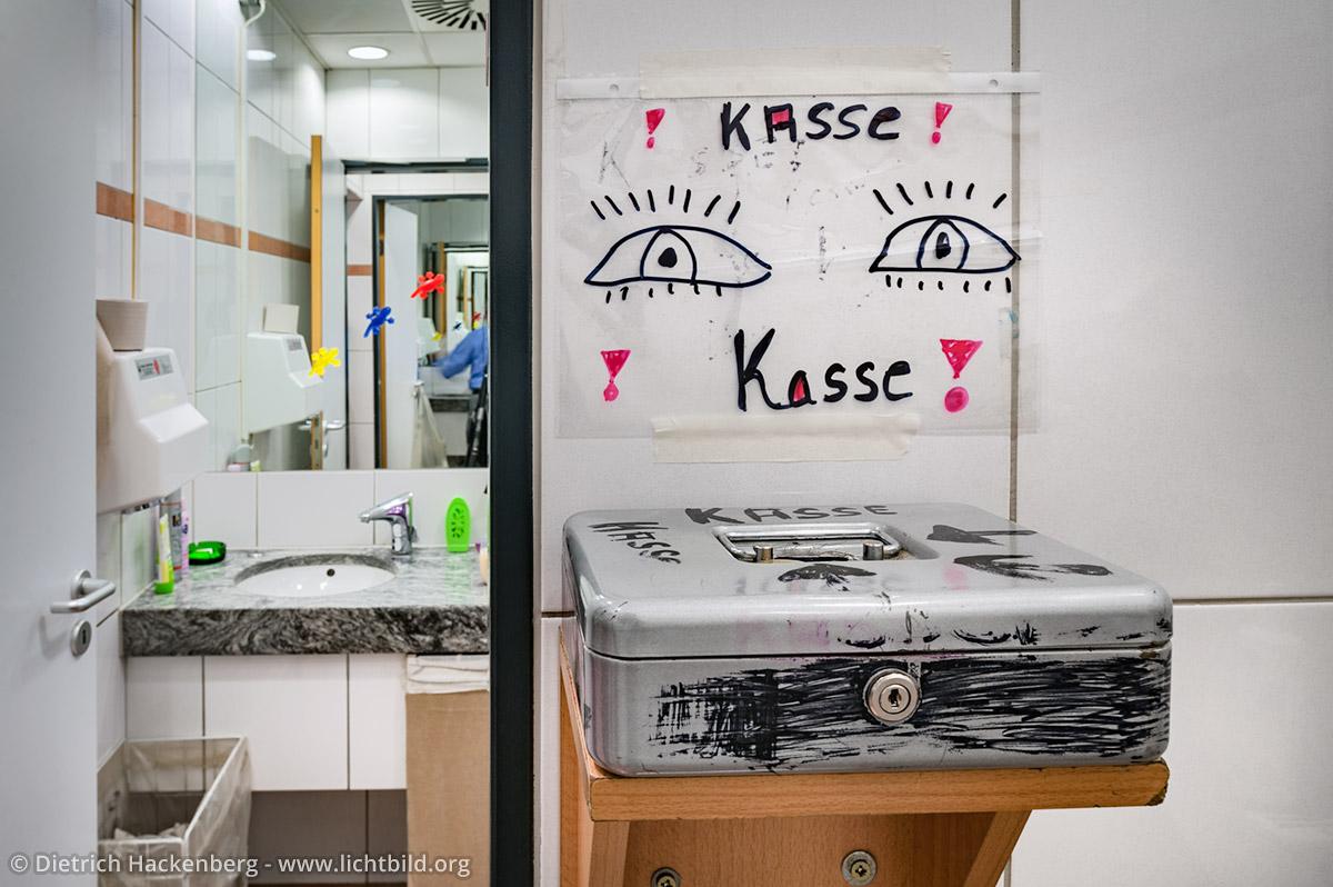 Die Toiletten-Kasse mit selbst gemaltem Hinweisschild. Foto © Dietrich Hackenberg