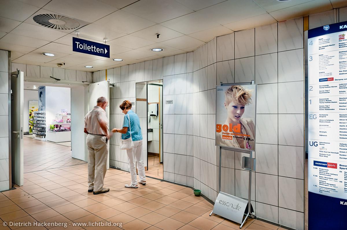 Auf der Suche nach Kleingeld für die Toilette. Foto © Dietrich Hackenberg