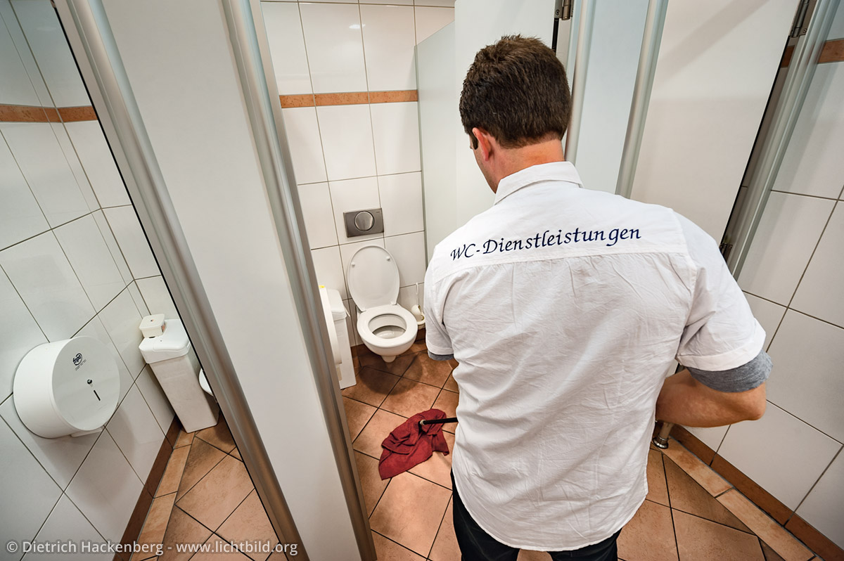 WC-Dienstleistungen steht auf dem Hemd von Torsten, der gerade einmal durchwischt. Foto © Dietrich Hackenberg