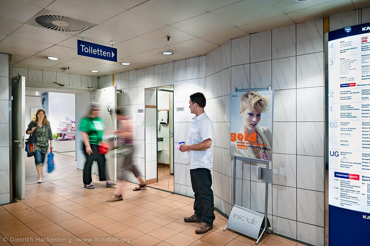 Toilettenmann. Arbeitsplatz Toilette Kaufhof Dortmund. Foto © Dietrich Hackenberg