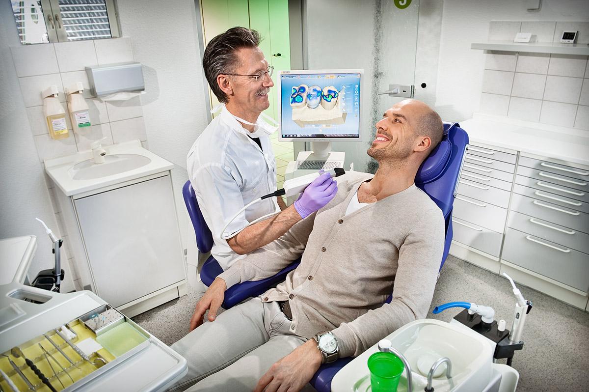 Zahnarzt bei Cerec-Behandlung