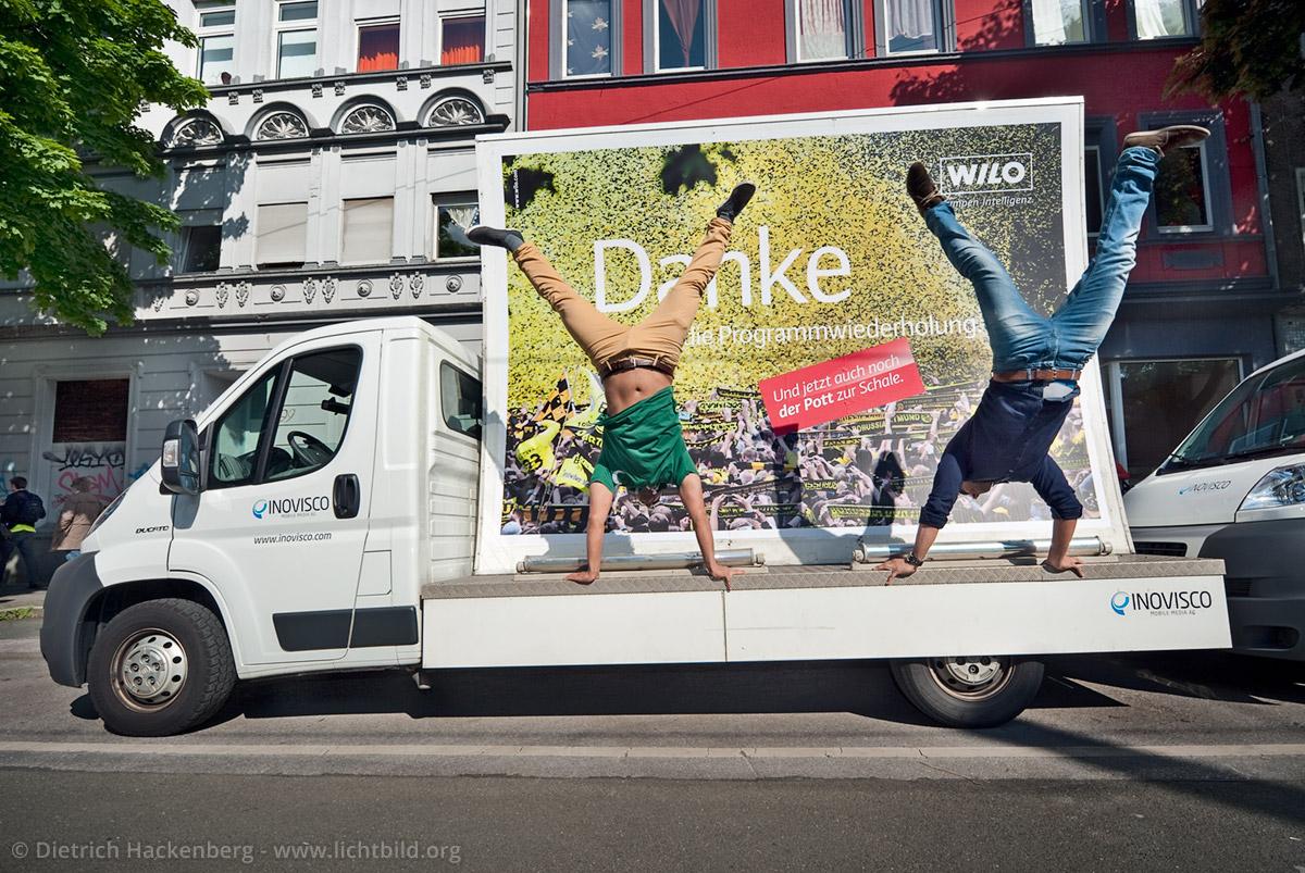 Handstand der Fahrer. Werbeaktion auf der BVB-Meisterfeier. Foto © Dietrich Hackenberg
