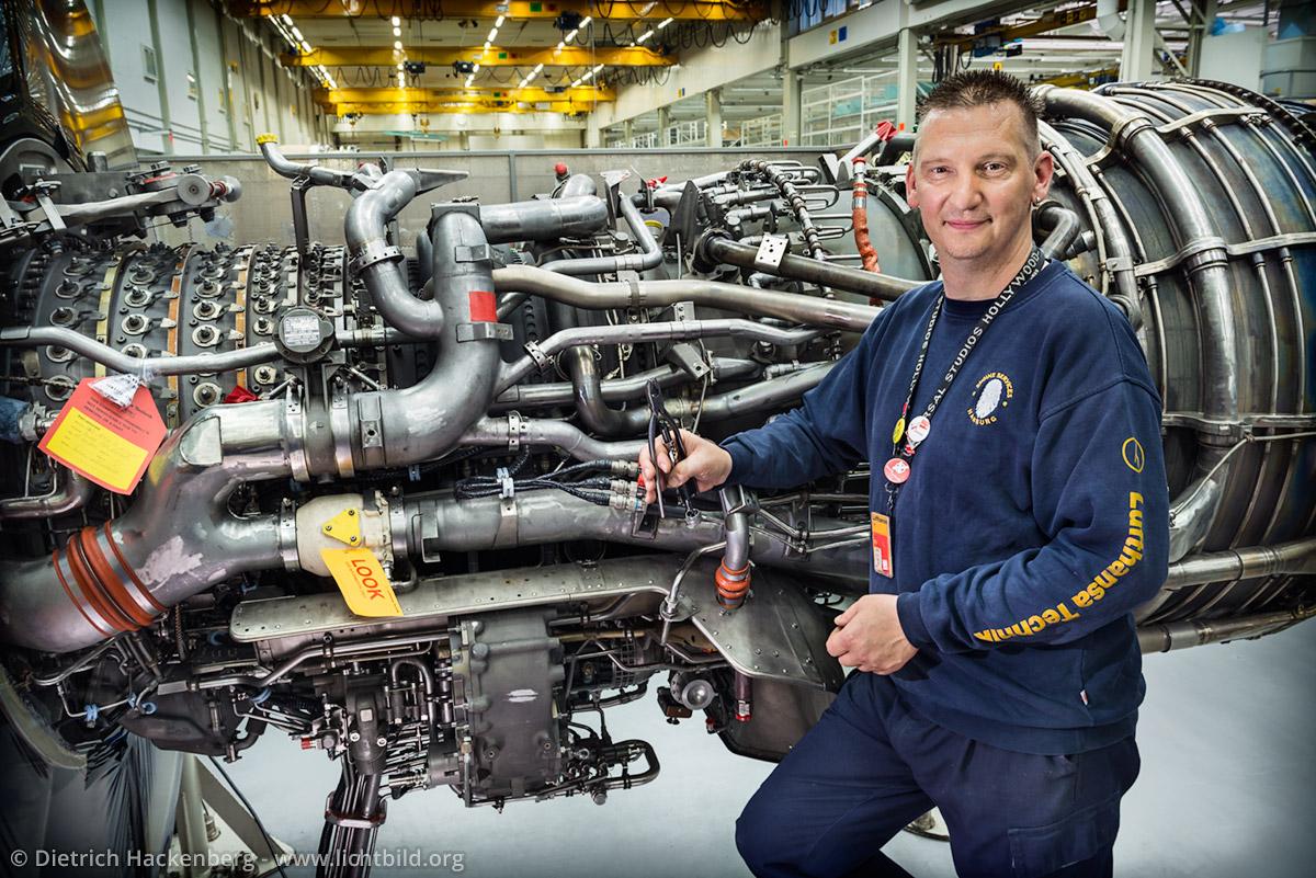 Triebwerksmechaniker in der Werkshalle am Hamburger Flughafen. Lufthansa Techniker Hamburg. Foto © Dietrich Hackenberg