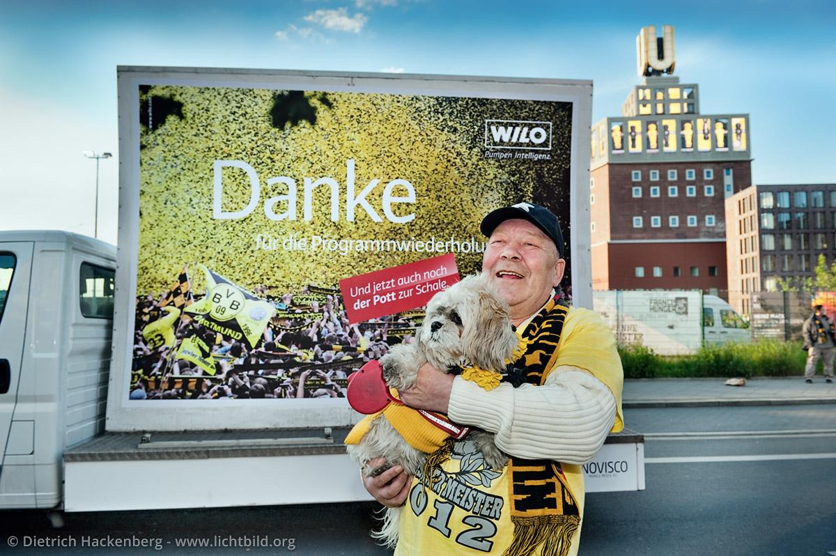 Hundebesitzer feiert vor dem Dortmunder-U. Werbeaktion auf der BVB-Meisterfeier. Foto © Dietrich Hackenberg