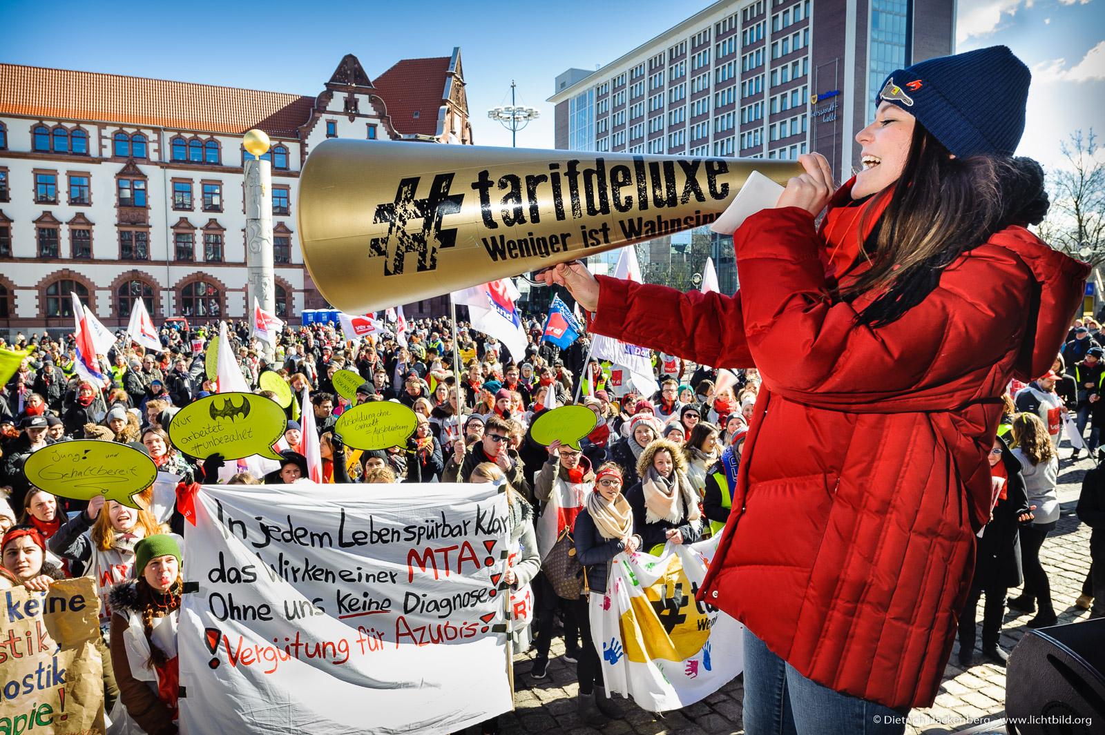 Tashina Will, verdi Jugend Dortmund fordert auf dem Friedensplatz einen tarifdeluxe. Foto © Dietrich Hackenberg