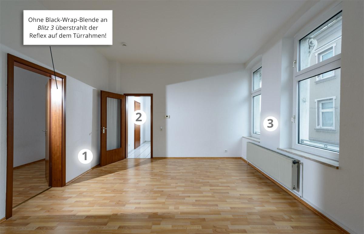 Mietwohnung fotografieren für die Immobilienanzeige.  Drei erste Blitze sind grob in Position gebracht. Die Zahlen bezeichnen den Effekt, den die numerierten Blitze jeweils erzeugen.   Der Rahmen der Seittür überstrahlt wegen der noch fehlenden Black-Wrap-Blende an Blitz 3.