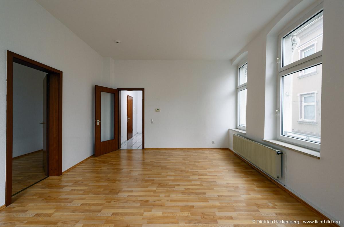 Mietwohnung fotografieren für die Immobilienanzeige. Grundbelichtung des Bildes auf das Licht der Fenster. Der Flur wird schon von einem Blitz aufgehellt.