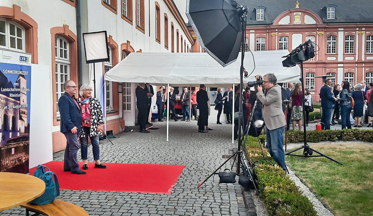 Studioaufbau zur Fotografie der Gäste auf dem roten Teppich; Sommerkonzert des Landschaftsverbandes Rheinland am 30.08.2018 in der Abtei Brauweiler