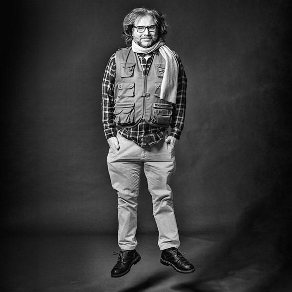 Fotograf Dietrich Hackenberg springt - SW-Portrait.  Foto Matthias Hubert