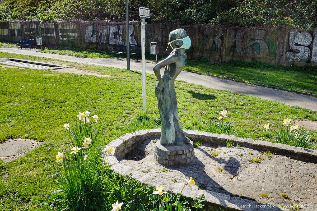 Corona - Brunnenfigur mit Mundschutz, Dortmund -  Foto © Dietrich Hackenberg