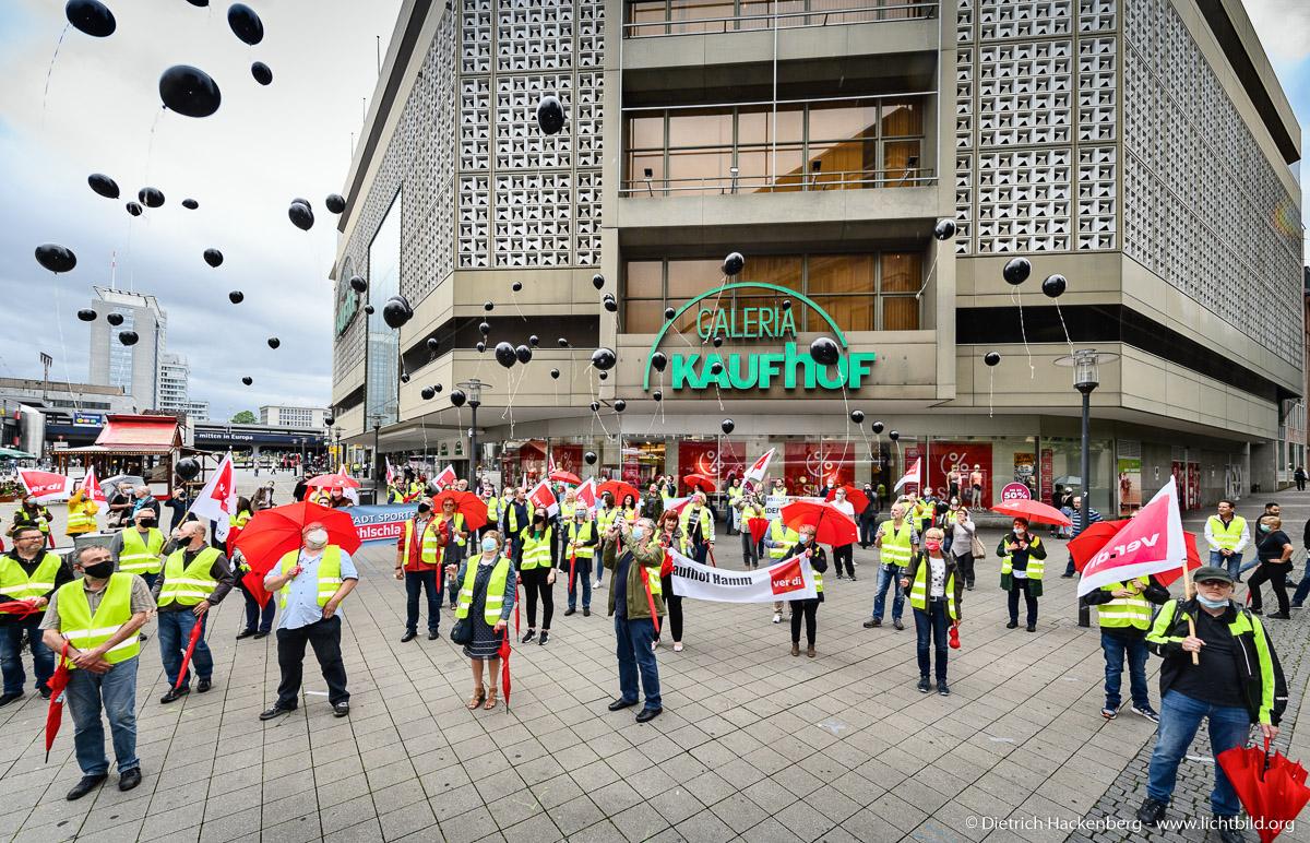 Schwarze Ballons gegen Schließung fliegen lassen - verdi Handel NRW Protestaktion vor Galeria-Kaufhof Essen - Foto © Dietrich Hackenberg