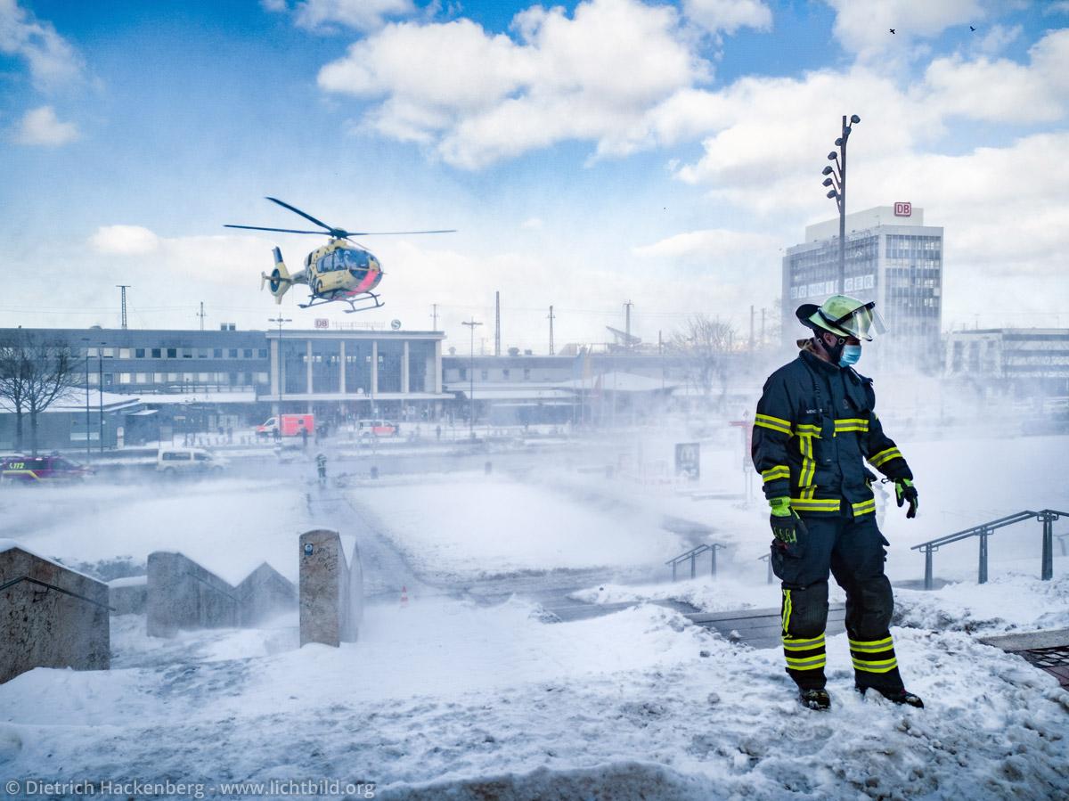 Feuerwehr sichert Hubschrauberlandung am Dortmunder Bahnhof im Schnee 2021. © Dietrich Hackenberg - www.lichtbild.org