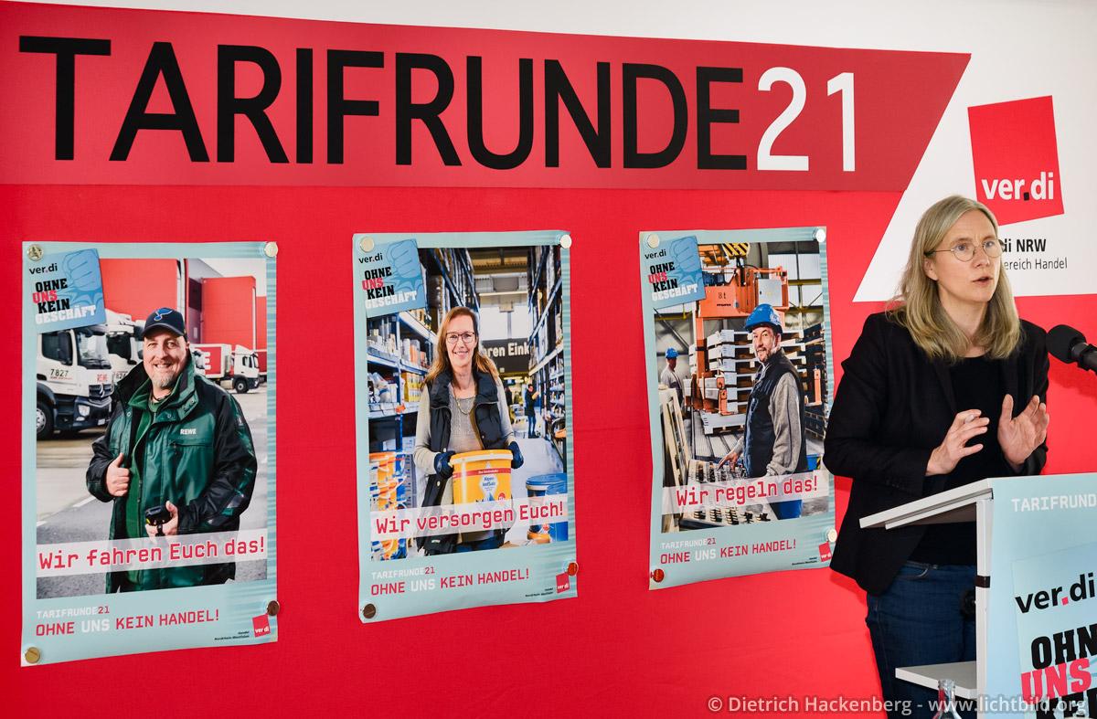 Drei Plakate der Kampagne zur Tarifrunde 21 von ver.di Handel NRW präsentiert bei einer Konferenz in Essen