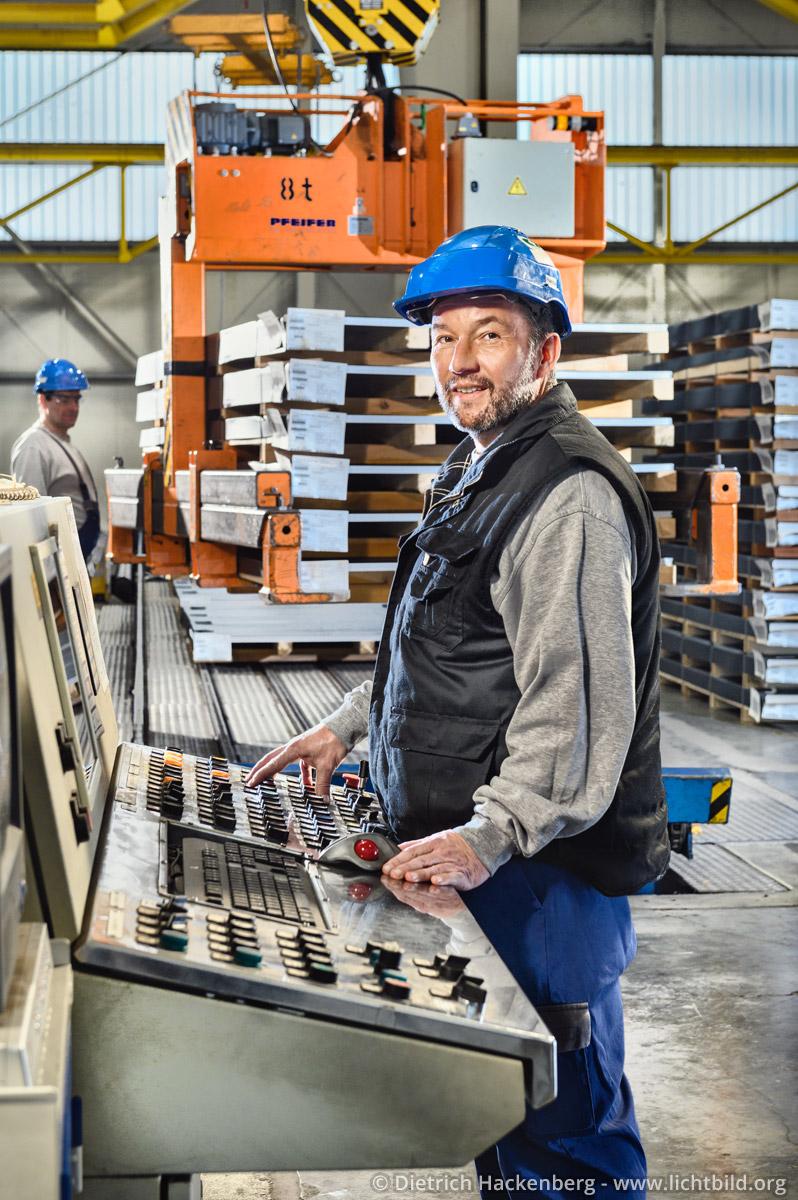 Am Bedienpult der Blechschneideanlage thyssenkrupp Schulte GmbH, Center Edelstahl, Dortmund