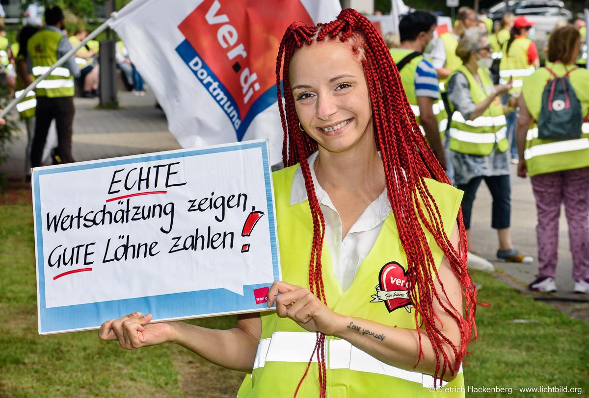 Echte Wertschätzung zeigen, gute Löhne zahlen! —  ver.di Handel Streikveranstaltung in Recklinghausen - Bildungszentrum des Handels. Foto Dietrich Hackenberg