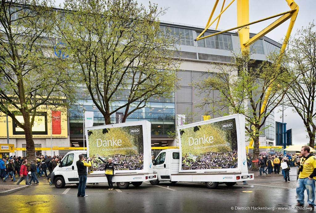 Lito Tube Autos vor derm Signal Iduna Park - WIL0 Werbeaktion am Tag der Meisterfeier. Foto © Dietrich Hackenberg