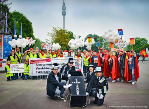 SargträgerInnen. Bei der Kundgebung zum 1. Mai in Dortmund demonstrieren VertreterInnen des Handels für die Allgemeinverbindlichkeit (AVE) und Tarifverträge. Foto Dietrich Hackenberg