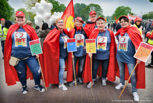 AVE Heldinnen. Bei der Kundgebung zum 1. Mai in Dortmund demonstrieren VertreterInnen des Handels für die Allgemeinverbindlichkeit (AVE) und Tarifverträge. Foto Dietrich Hackenberg