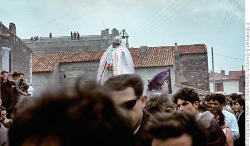 Die heilige Sara wird zum Meer getragen. Wallfahrt zur heiligen Sara, der Schutzheiligen der Gitans - spanische Roma. Saintes-Maries-de-la-Mer, Südfrankreich – Mitte 1960er Jahre. Foto Winfried Hackenberg - © Dietrich Hackenberg
