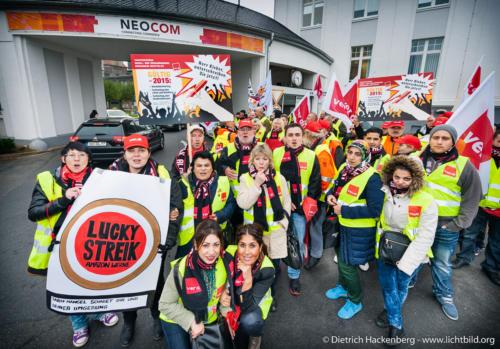 Amazon Streikende vor dem Tor der E-Commerce Handel Messe - Neocom fordern den Amazon Deutschland Chef Ralf Kleber, der auf der Messe Redner ist, auf, einen Tarifvertrag für die Beschäftigten zu unterschreiben. Foto © Dietrich Hackenberg