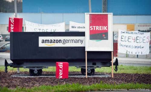 Die Lore vor dem Amazon Gelände in Werne mit Streikplakat. Verdi amazon Streik in Werne am 24.09.2014. Foto © Dietrich Hackenberg - www.lichtbild.org