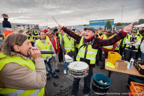 Mundharmonika und Trommel machen Stimmung am Streikmorgen bei Amazon in Werne. Verdi amazon Streik in Werne am 24.09.2014. Foto © Dietrich Hackenberg - www.lichtbild.org