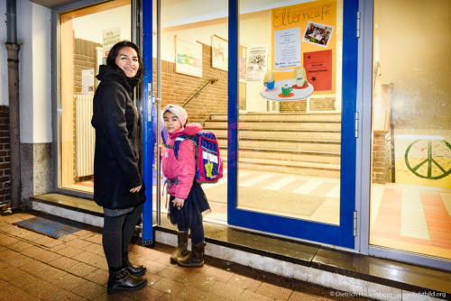 """Die Teilzeitauszubildende bringt die jüngste Tochter vor der Arbeit zur Montessori-Schule in Aachen. NRW Landesprogramm """"Teilzeitberufsausbildung"""". Foto Dietrich Hackenberg – www.lichtbild.org"""