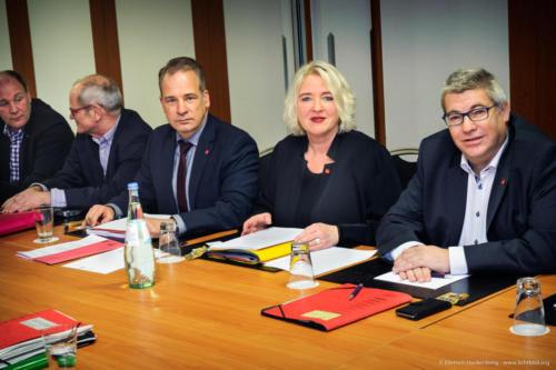 """Am Dienstag (23.1.2018) beginnt in Niederkassel bei Bonn die Tarifrunde für die rund 130.000 Tarifbeschäftigten der Deutschen Post AG. """"Wir erwarten konstruktive und am Ziel orientierte Verhandlungen. Unsere Forderung ist nachvollziehbar und berechtigt"""", sagte die stellvertretende ver.di-Vorsitzende und Verhandlungsführerin Andrea Koscis (in Abb. 2. von rechts). ver.di fordert eine lineare Erhöhung der Einkommen und Ausbildungsvergütungen um sechs Prozent bei einer Laufzeit von zwölf Monaten. Überdies soll eine tarifvertragliche Wahlmöglichkeit geschaffen werden, wonach der einzelne Beschäftigte einen Teil der zu vereinbarenden Tariferhöhung in freie Zeit umwandeln kann. Das bislang einmal jährlich aufgrund einer Leistungsbeurteilung gezahlte variable Entgelt will ver.di durch einen festen monatlichen Betrag ablösen. Zudem soll für die rund 32.000 Beamtinnen und Beamten des Unternehmens die so genannte Postzulage fortgeschrieben werden. Sie ist eine postspezifische Form der Sonderzahlung für Bundesbeamte. Foto © Dietrich Hackenberg"""