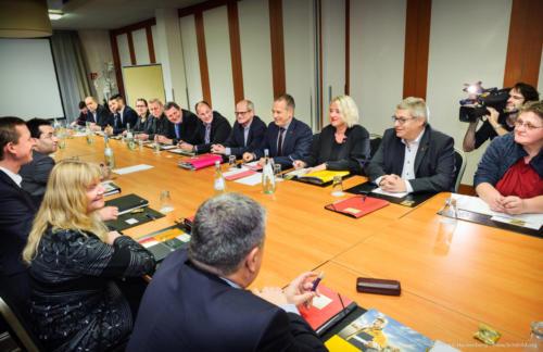 """Am Dienstag (23.1.2018) beginnt in Niederkassel bei Bonn die Tarifrunde für die rund 130.000 Tarifbeschäftigten der Deutschen Post AG. """"Wir erwarten konstruktive und am Ziel orientierte Verhandlungen. Unsere Forderung ist nachvollziehbar und berechtigt"""", sagte die stellvertretende ver.di-Vorsitzende und Verhandlungsführerin Andrea Koscis (in Abb. 5. von rechts). ver.di fordert eine lineare Erhöhung der Einkommen und Ausbildungsvergütungen um sechs Prozent bei einer Laufzeit von zwölf Monaten. Überdies soll eine tarifvertragliche Wahlmöglichkeit geschaffen werden, wonach der einzelne Beschäftigte einen Teil der zu vereinbarenden Tariferhöhung in freie Zeit umwandeln kann. Das bislang einmal jährlich aufgrund einer Leistungsbeurteilung gezahlte variable Entgelt will ver.di durch einen festen monatlichen Betrag ablösen. Zudem soll für die rund 32.000 Beamtinnen und Beamten des Unternehmens die so genannte Postzulage fortgeschrieben werden. Sie ist eine postspezifische Form der Sonderzahlung für Bundesbeamte. Foto © Dietrich Hackenberg"""