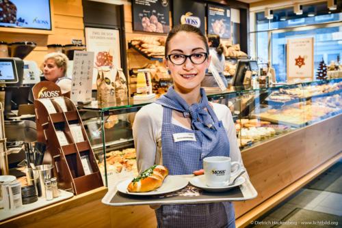 """Bäckerei Moss Aachen. Auszubildende zur Fachverkäuferin im Lebensmittelhandwerk Schwerpunkt: Bäckerei .NRW Landesprogramm """"Teilzeitberufsausbildung"""". Foto Dietrich Hackenberg – www.lichtbild.org"""