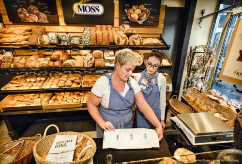 """Bäckerei Moss Aachen. Auszubildende zur Fachverkäuferin im Lebensmittelhandwerk . NRW Landesprogramm """"Teilzeitberufsausbildung"""". Foto Dietrich Hackenberg – www.lichtbild.org"""